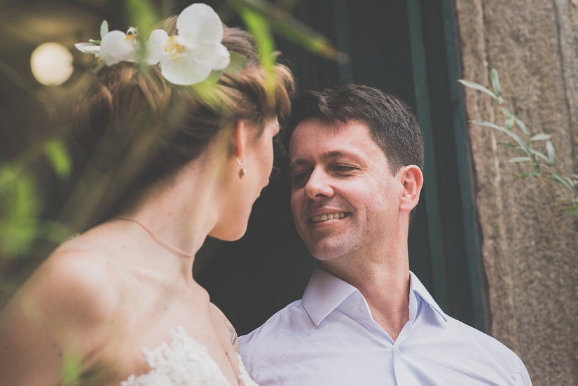 casal de noivos se olha.